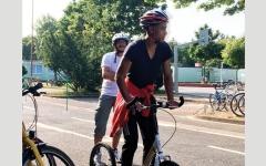 الصورة: منظمة خيرية في نيوزيلندا تمنح اللاجئين دراجات هوائية وتعلمهم ركوبها