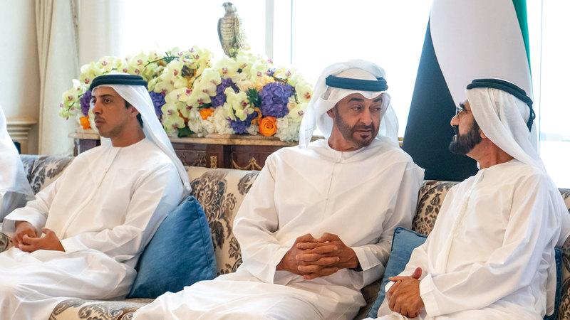 محمد بن راشد ومحمد بن زايد خلال لقائهما بمجلس قصر البحر في أبوظبي. وام