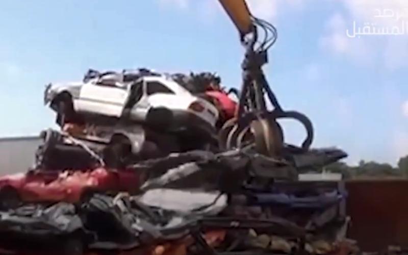 الصورة: بالفيديو.. كيف يتم التخلص من السيارات التالفة