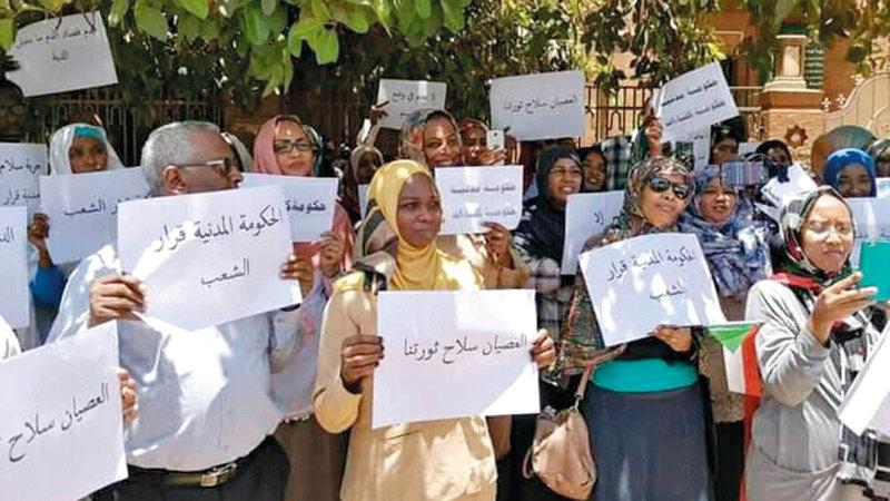 وقفة لتجمع المهنيين أثناء فعاليات الثورة ضد حكم البشير.  أرشيفية