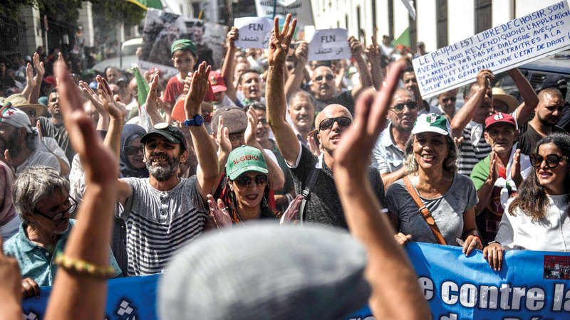 الجزائريون يواصلون بصبر تظاهراتهم.  أ.ف.ب