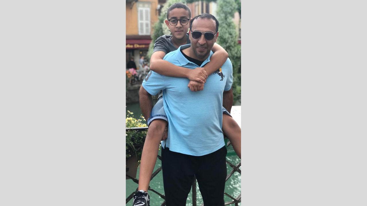 خليفة الكعبي على كتفي أبيه. الإمارات اليوم
