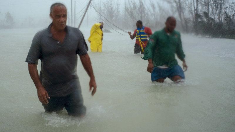 متطوعون يتجولون لإنقاذ الناجين من الإعصار في البهاما. أ.ب