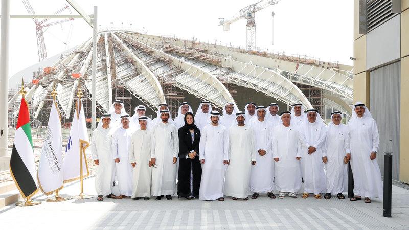 حمدان بن محمد يتوسط أعضاء «تنفيذي دبي» بمقر «إكسبو 2020».  وام