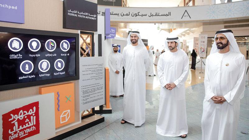 محمد بن راشد خلال إطلاق مبادرة «محطة الشباب» بحضور حمدان بن محمد. الإمارات اليوم