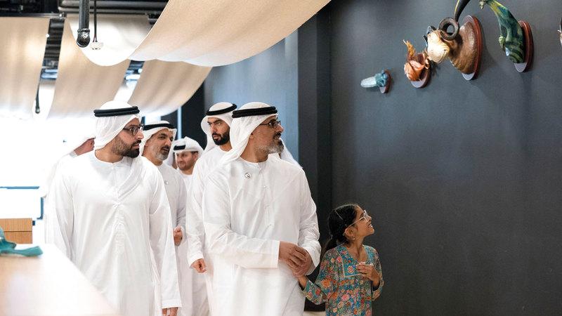 خالد بن محمد بن زايد خلال جولته في المساحات الجديدة داخل المجمّع الثقافي. من المصدر