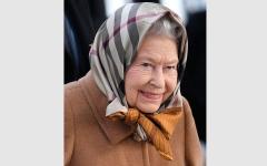 الصورة: سياح أميركيون لم يتعرفوا إلى الملكة إليزابيث