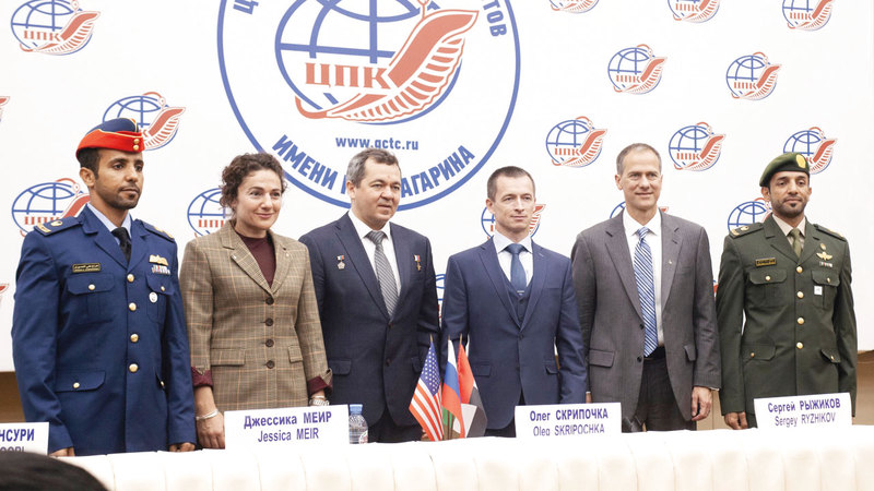 صورة جماعية للفريق «الرئيس والبديل» لمهمة الــ 25 من سبتمبر قبل بدء المؤتمر الصحافي.  من المصدر