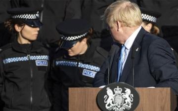الصورة: شرطية بريطانية يُغمى عليها .. ورئيس الوزراء لا يبالي