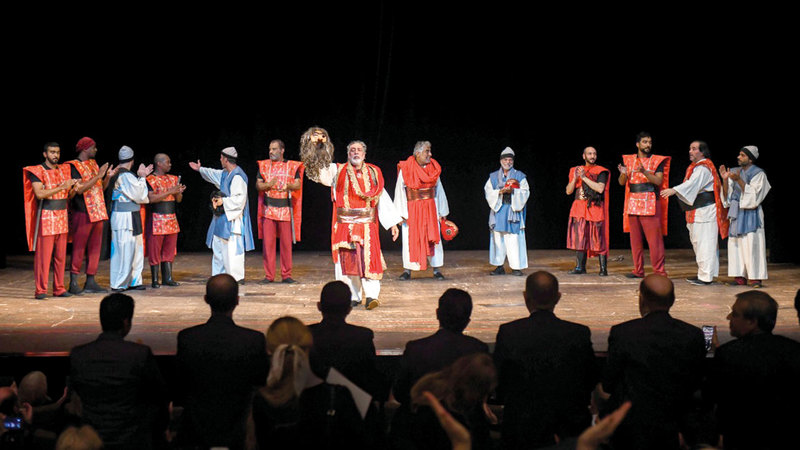 الجسمي وفريق المسرحية يتلقون تحية من الجمهور. من المصدر