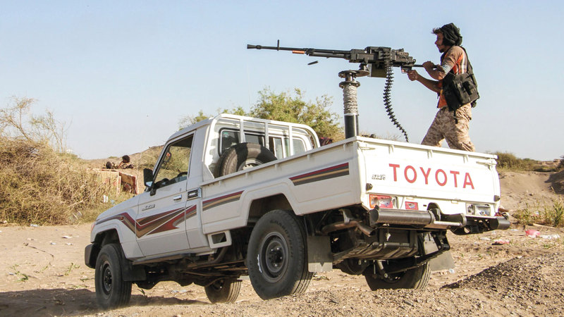 مقاتل من الشرعية اليمنية بإحدى مناطق المخاء.  أ.ف.ب