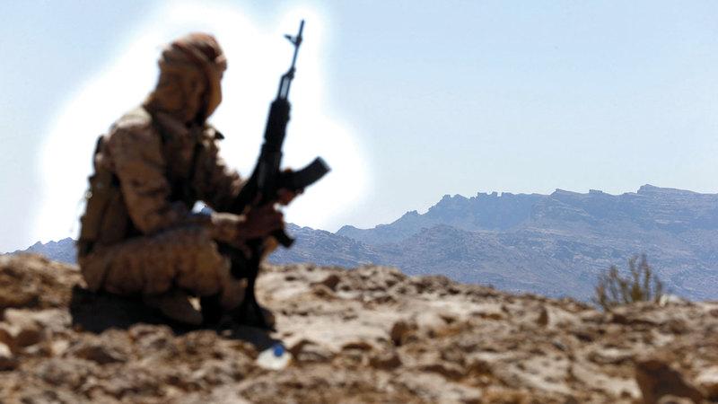 مقاتل من الشرعية في أحد المواقع بجبهة نهم القريبة من صنعاء. رويترز