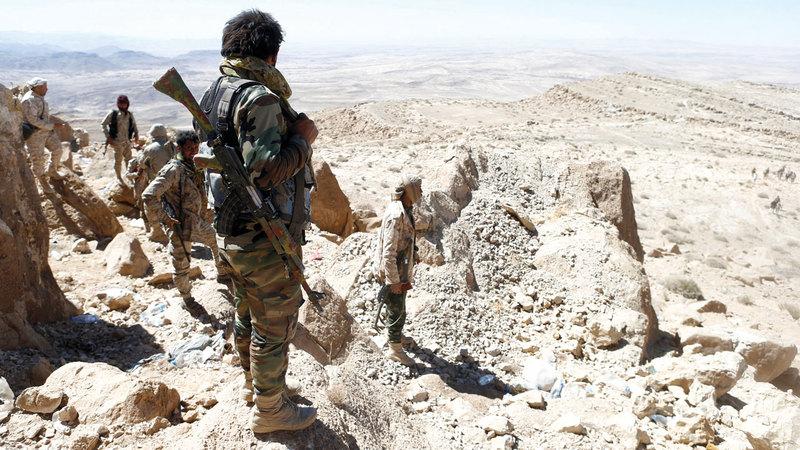 جنود من الجيش اليمني  في أحد المواقع بجبهة نهم.      رويترز