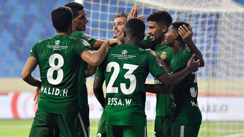لاعبو شباب الأهلي يحتفلون بالفوز على النصر. تصوير: أسامة أبوغانم