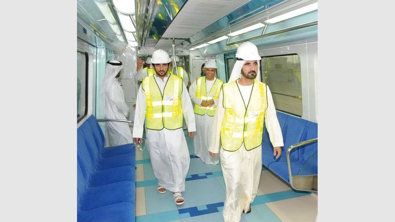 محمد بن راشد خلال تدشين التشغيل التجريبي لمترو دبي. من المصدر