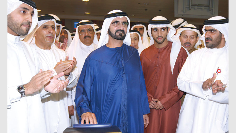 محمد بن راشد يدشن تشغيل مترو دبي. من المصدر