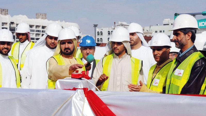 محمد بن راشد خلال تدشين الأعمال في نفق مترو دبي. من المصدر