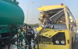 الصورة: مخالفة خطرة وراء حادث تصادم حافلة مدرسية بصهريج