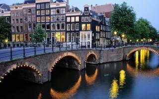 الصورة: شاهد كيف يتم تنظيف قنوات امستردام المهجورة