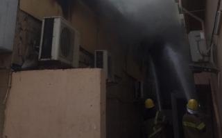 الصورة: فرق إطفاء دفاع مدني عجمان تخمد حريق مستودع للمواد الغذائية