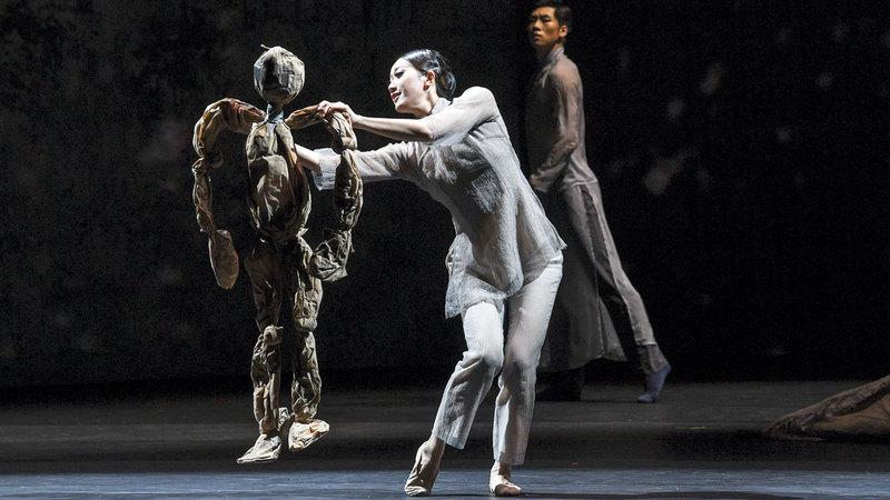 تدور أحداث العرض الدرامي الراقص في عشرينات القرن الماضي.  تصوير: آشوك فيرما