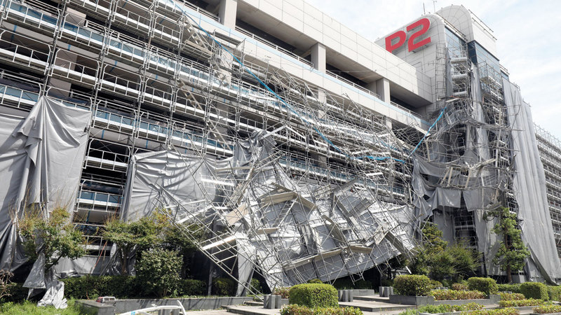 مبنى في مطار طوكيو تضرّر بفعل « فاكساي».  إي.بي.إيه