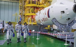 الصورة: المنصوري والنيادي يتفقدان أجهزة المركبة الفضائية قبل 12 يوماً من الانطلاق
