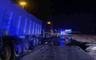 الصورة: إصابة سائقين في تصادم أربع مركبات ثقيلة باتجاه رأس الخيمة
