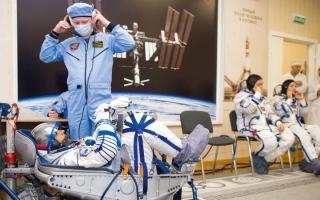 الصورة: المنصوري والنيادي يتفقدان أجهزة المركبة الفضائية