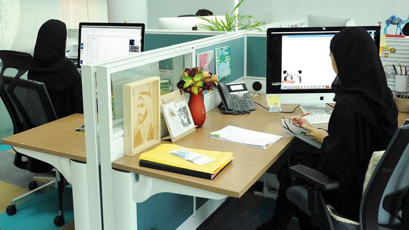 خريجون يعايشون الواقع الوظيفي بكل متطلباته والتزاماته عبر «سند».  من المصدر