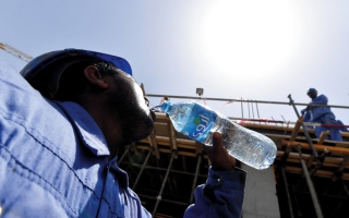 الصورة: «التوطين»: انتهاء العمل بقرار «حظر الظهيرة» بعد دوام يوم غد