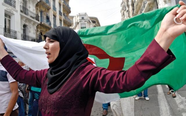 الصورة: «حوار طرشان» بين السلطة وحركة الاحتجاجات في الجزائر