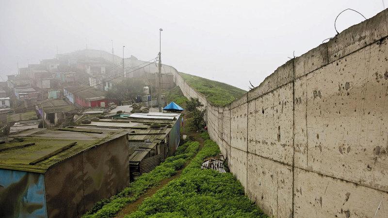 الجدار عبارة عن سور من الخرسانة يبلغ طوله ستة أميال. أرشيفية