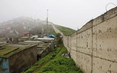 الصورة: «جدار العار» في عاصمة بيرو يفصـــــل الأغنياء عن الفقراء