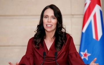 الصورة: رئيسة وزراء نيوزيلندا تقع في خطأ محرج باليابان