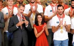 الصورة: الملكة الإسبانية تبدو كالقزمة أمام فريق بلادها لكرة السلة