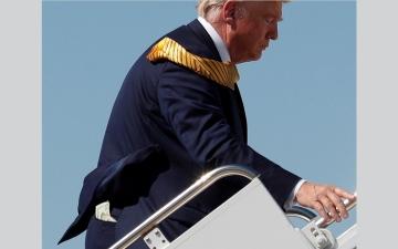 الصورة: ترامب يحب «البقشيش»... والدولارات تتدلى من جيبه الخلفية