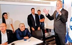 الصورة: غانتس يعلن عزمه تشكيل حكومة وحدة..  ونتنياهو «محبط ومندهش»