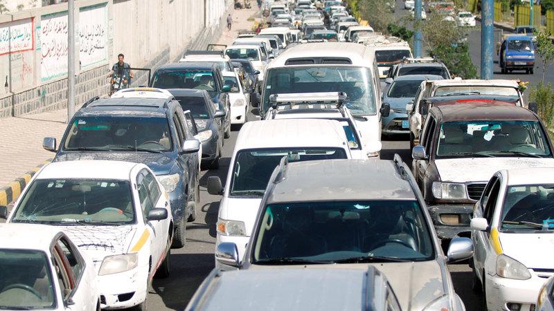 ازدحام كبير أمام محطات البنزين في صنعاء. رويترز