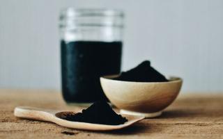 الصورة: الفحم الفعّال يزيل سموم البشرة