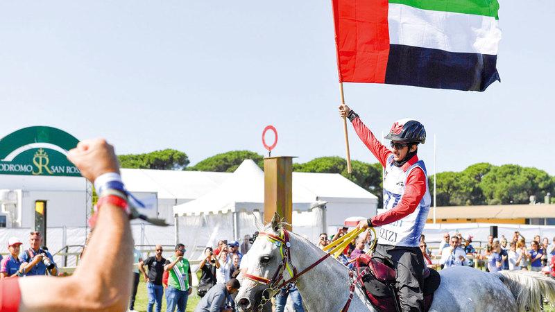 علم الإمارات يرفرف في بيزا الإيطالية بعد إنجازات فرسان الإمارات للقدرة. من المصدر