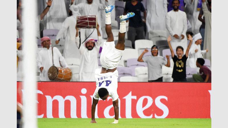 لاعب العين سعيد جمعة يحتفل بطريقة مميزة بعد أن سجل هدف فوز فريقه على اتحاد كلباء في الدقيقة 96.  تصوير: إريك أرازاس