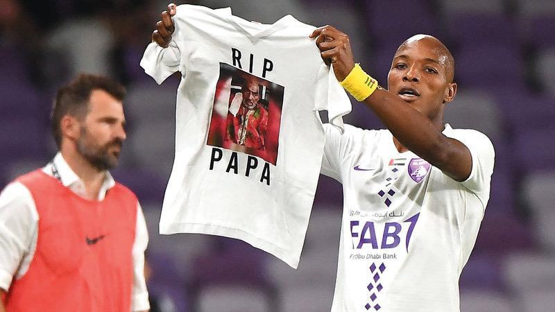 مهاجم العين لابا كودجو يرفع قميصاً يحمل صورة والده الراحل خلال مباراة كلباء. تصوير: إريك أرازاس