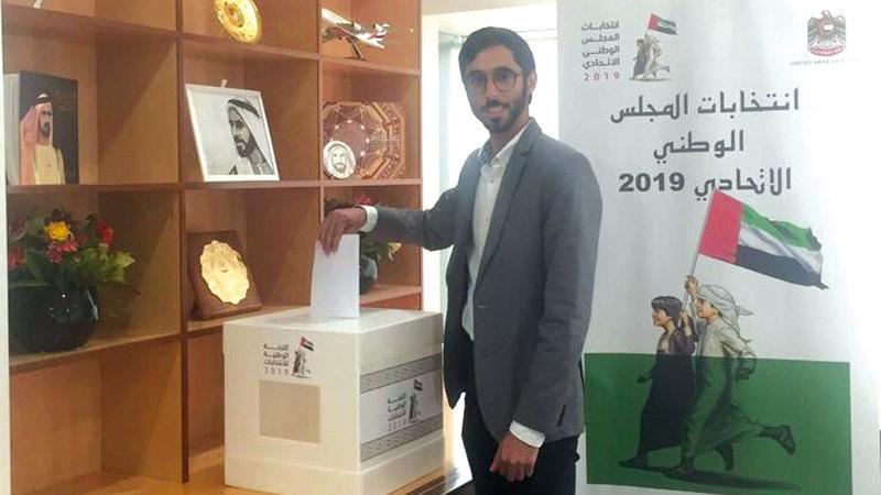أول مواطن يصوت في الانتخابات بسفارة الدولة في نيوزيلندا. من المصدر