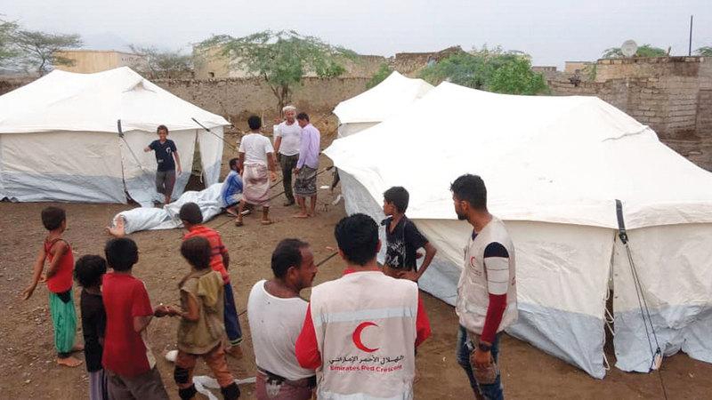 المساعدات الإماراتية جاءت تلبية لنداء استغاثة حيث تم رفد الأسر بخيام إيوائية وسلال غذائية.  وام