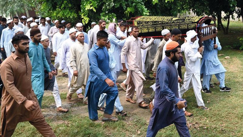 مشيعون يحملون نعش أحد الضحايا. أ.ف.ب