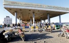 الصورة: تصاعد أزمة المشتقات النفطية بمناطق الميليشيات
