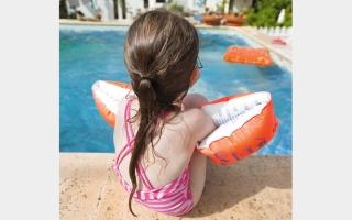 الصورة: ملابس السباحة المبتلّة تهدّد الطفل بالتهاب المثانة