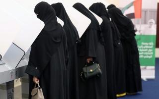 الصورة: الموظفون الحكوميون في دبي يتوافدون فرقاً في الساعات الأولى  للإدلاء بأصواتهم