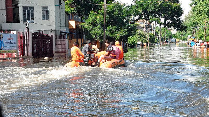 فرق الإغاثة استخدمت القوارب في عمليات الإنقاذ. إي.بي.إيه